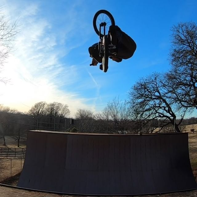 Had a dream of a couple variations I haven't done in a while, a look down to no footer and a rocket queen.  Pretty sub par attempts, but starting to get familiar with them again.  Then this is my line from my ramp to my house. This is also my last #backyardsess433.  Tomorrow I'll be 43+4. To explain, all my sessions when I was 43 are here #backyardsess43 then I turned 44 aka 43+1 all my sessions that year are here #backyardsess431, then I turned 45 aka 43+2 all my sessions that year are here #backyardsess432 and so on... peace out 43+3